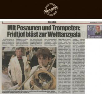 Dafür schmeißen sich die fünf Musiker ordentlich in Schale – weiße Smokingjacketts und rote Fliegen haben sie beim Dresdner Festmoden-Experten Uwe Herrmann - Hochzeitsmode Dresden - Uwe Herrmann